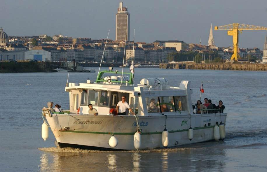 À Nantes, en France, la politique de mobilité a été conçue pour coordonner tous les modes de déplacement. Par exemple, au réseau de voies ferrées et aux autobus s'ajoutent les Navibus, des navettes fluviales qui sillonnent les eaux de la Loire.