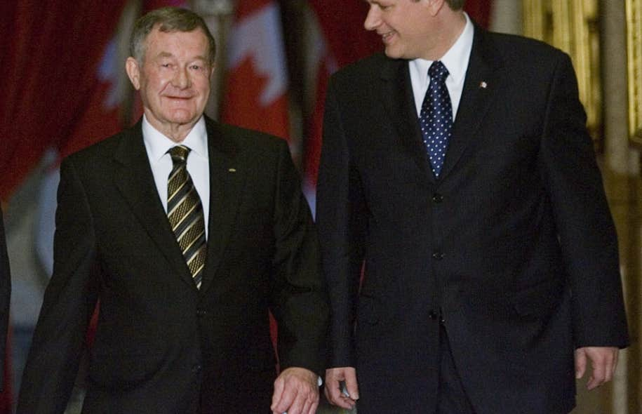 Septembre 2007: Stephen Harper accueillait Bert Brown - premier sénateur «élu» - qu'il avait nommé au Sénat dès qu'il en avait eu l'occasion.
