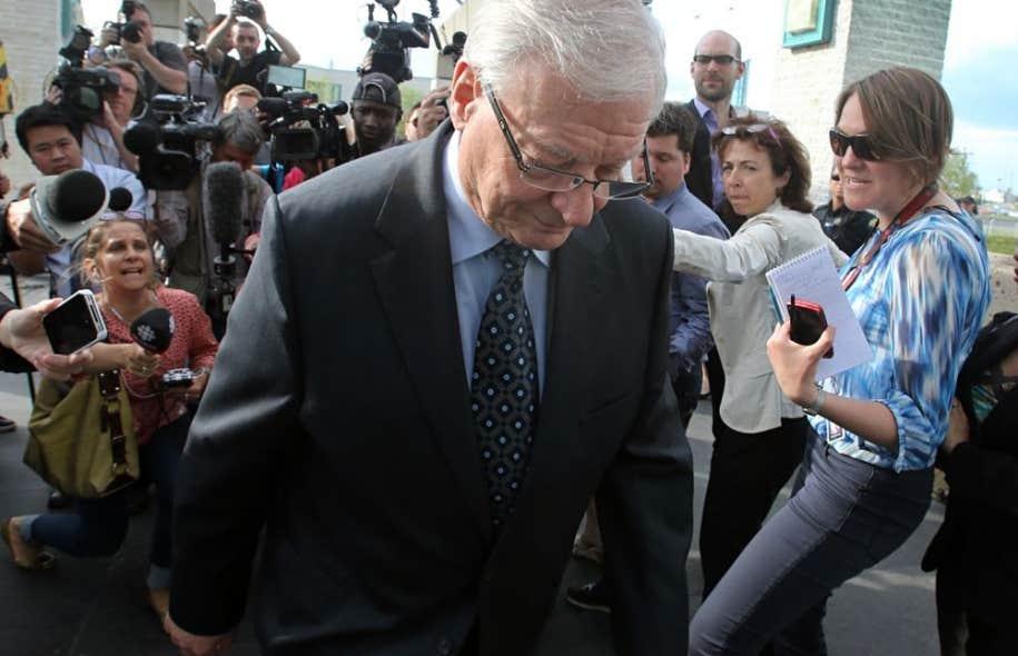 Le maire Vaillancourt a parlé aux médias à sa sortie du Palais de justice de Laval.