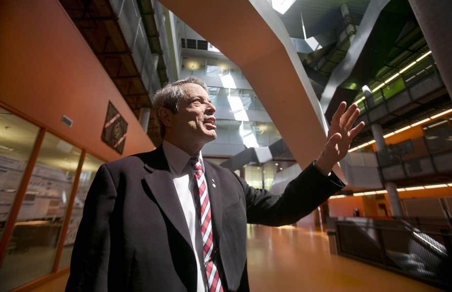 Lorne M. Trottier photographié dans l'atrium portant son nom à l'École polytechnique de Montréal.