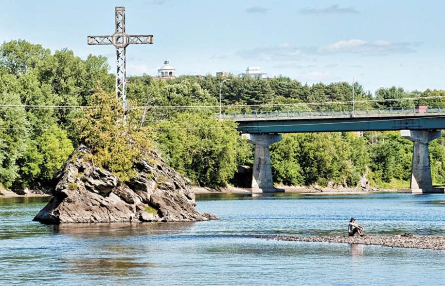 Le jugement de la Cour d'appel sur la prière du maire Jean Tremblay a fourni une notion pour le moins généreuse de ce qu'est le patrimoine culturel religieux, faisant de cette prière controversée un élément du patrimoine au même titre que les croix ornant le paysage québécois, comme ici à Sherbrooke.