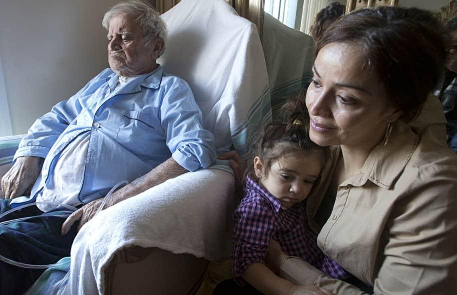 Carmine Di Raddo reçoit des soins palliatifs à la maison, entouré de sa fille Milena et de sa petite-fille Krizia.