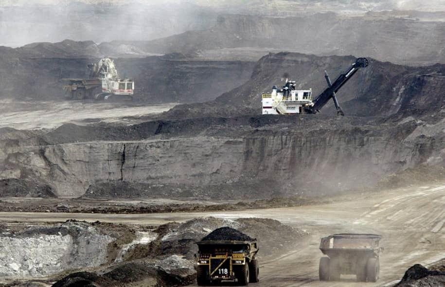 Exploitation de sables bitumineux à Fort McMurray. Le sous-sol albertain contiendrait pas moins de 167 milliards de barils de ce pétrole, que les exploitants cherchent à exporter.