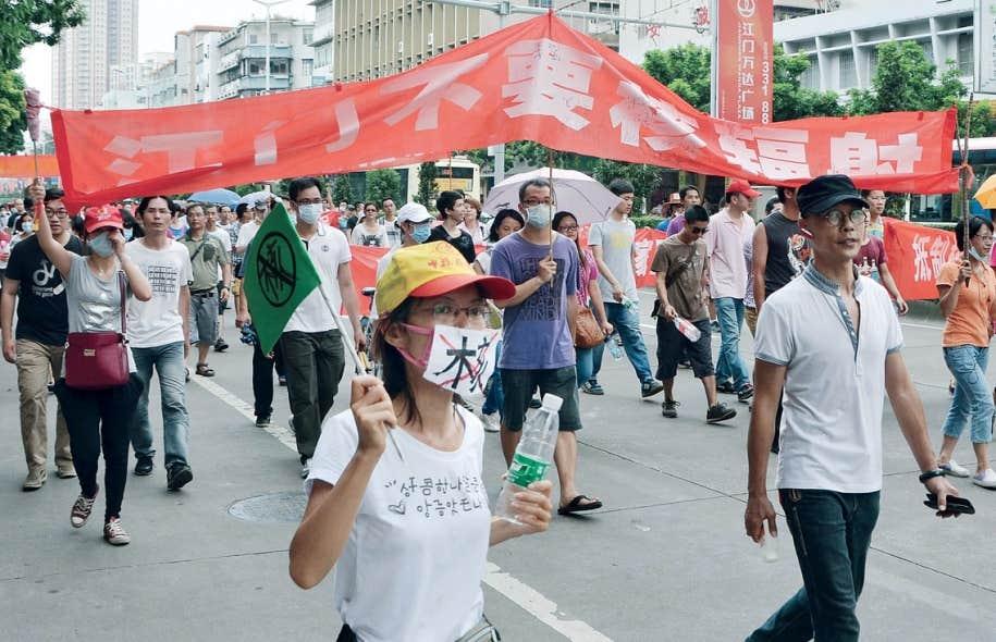 Près de 2000 manifestants ont envahi vendredi les rues de Heshan pour protester contre la construction d'un centre de retraitement de l'uranium.