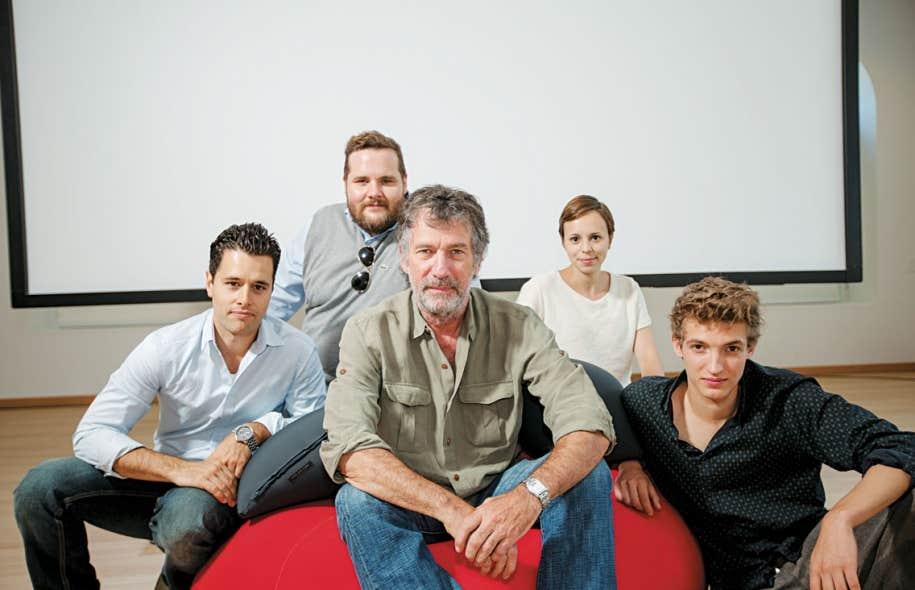 Le cinéaste Robert Morin entouré de ses quatre soldats: Christian de la Cortina, Antoine Bertrand, Camille Mongeau et Aliocha Schneider.