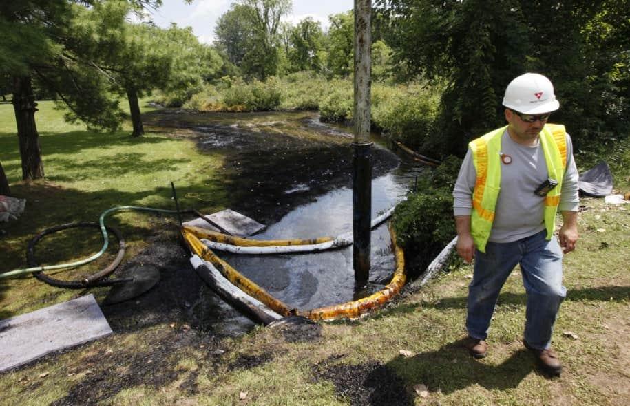 Le nettoyage de la fuite de pétrole occasionnée par la rupture d'un pipeline d'Enbridge près de la rivière Kalamazoo au Michigan en 2010 se poursuit encore aujourd'hui.