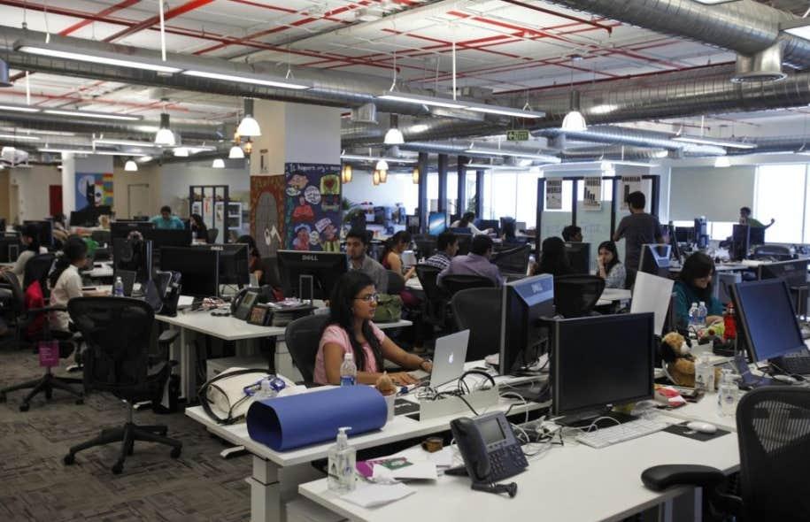 Des employés au travail dans les bureaux de Facebook à Hyderabad, en Inde.