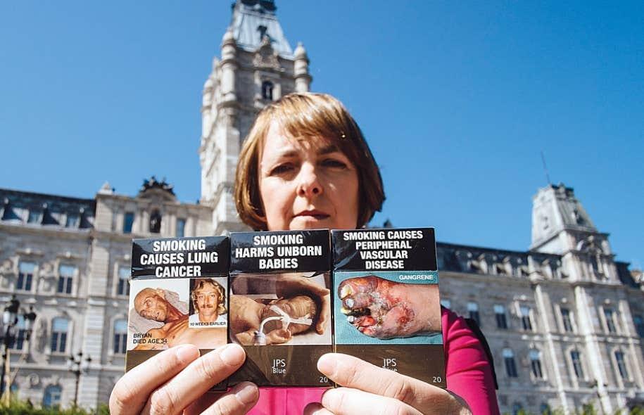 Nicola Roxon, ancienne ministre australienne de la Santé, montrant les paquets de cigarettes de son pays.