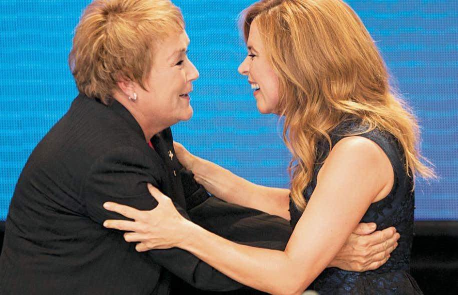 Accusée de militer pour le Parti québécois, Julie Snyder réplique à un chroniqueur du Soleil. Ci-dessus, Mme Snyder salue Pauline Marois lors d'une soirée d'appui au PQ lors des élections de 2012.