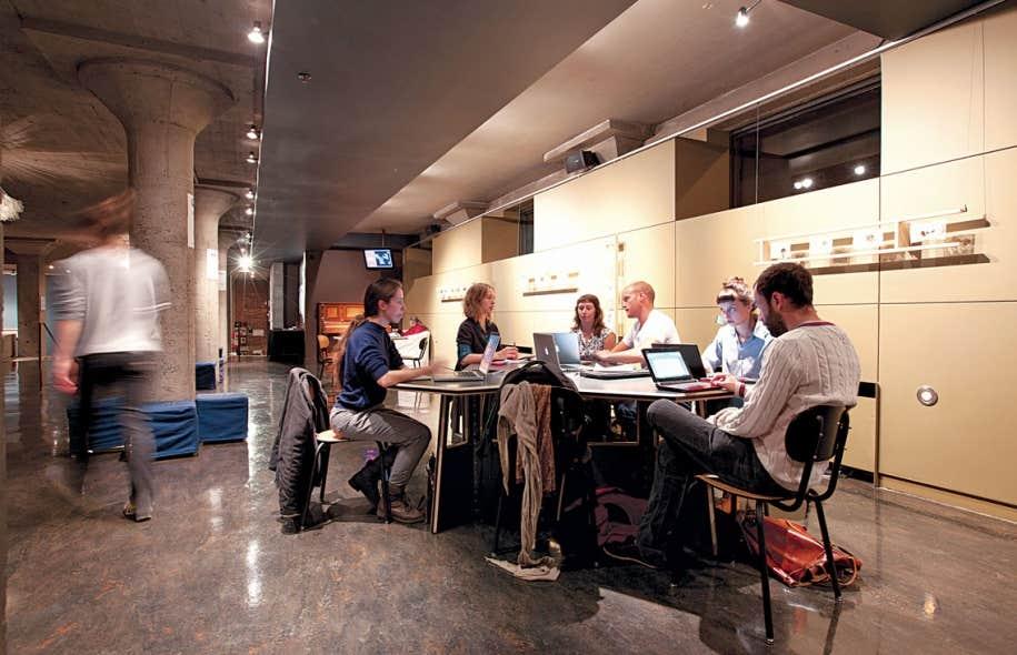 Le Plancher est un lieu de coworking créé par l'Usine C où les artisans du milieu des arts et de la culture peuvent mettre en commun leurs idées.