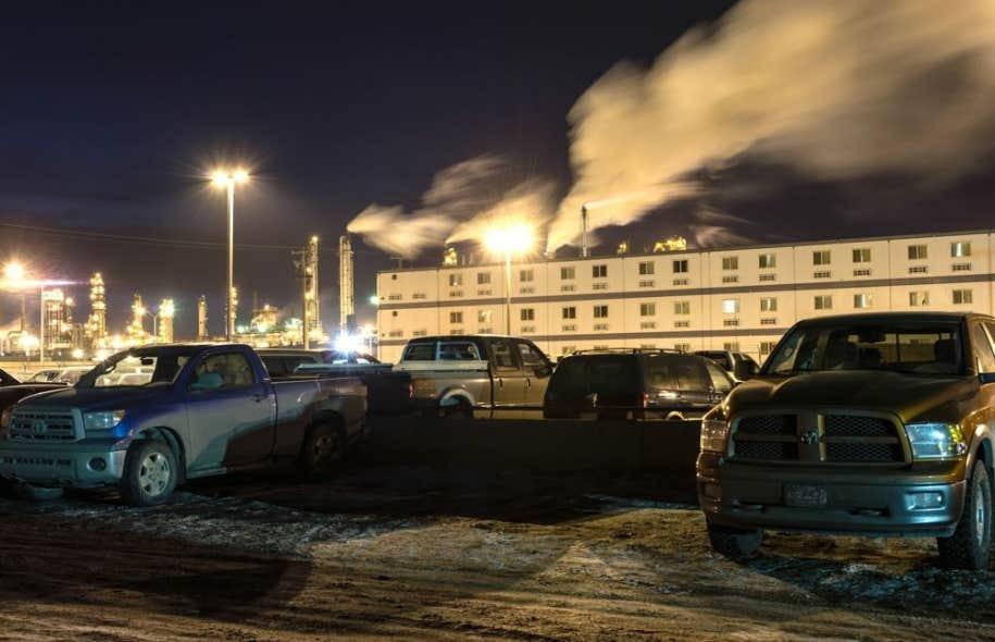 Une usine, un camp de travail, des camions et rien que des camions. Une industrie qui ne dort jamais. Les revenus moyens d'une famille de Fort McMurrays'élèvent à 192707$ par an.