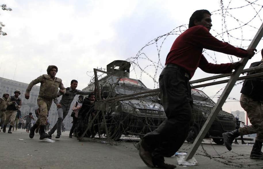 L'armée égyptienne sur la place Tahrir.