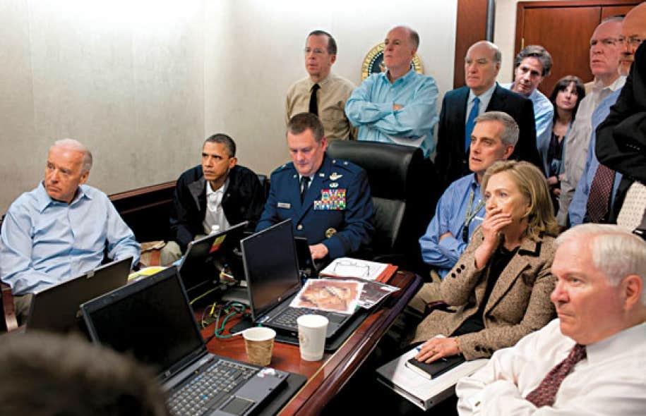 Barack Obama et son équipe de sécurité observent en direct l'opération qui mènera à la mise à mort d'Oussama ben Laden.