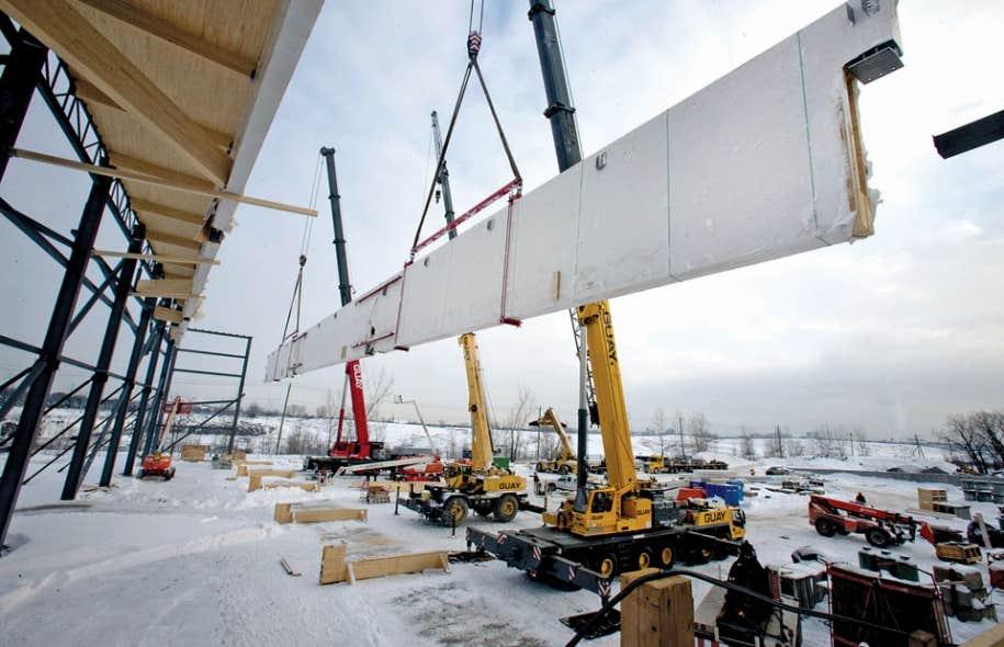 Chaque poutre en bois destinée au Centre de soccer de Montréal mesure 70 mètres de long et 4 mètres de haut, et pèse 125 tonnes. En comparaison, la «superpoutre» en acier du pont Champlain fait «à peine» 56,5 mètres sur 3 mètres, pour un poids de 75 tonnes.