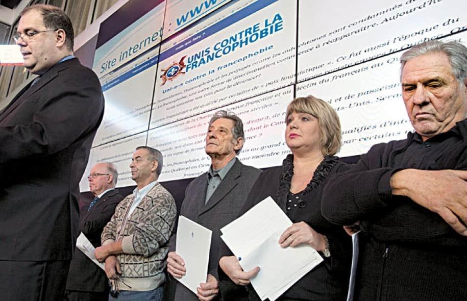 Le regroupement «Uni(e)s contre la francophobie» compte notamment dans ses rangs Mario Beaulieu (à gauche), président de la Société Saint-Jean-Baptiste, l'ex-premier ministre Bernard Landry (2e à gauche) et l'ex-député Pierre Curzi (à droite).