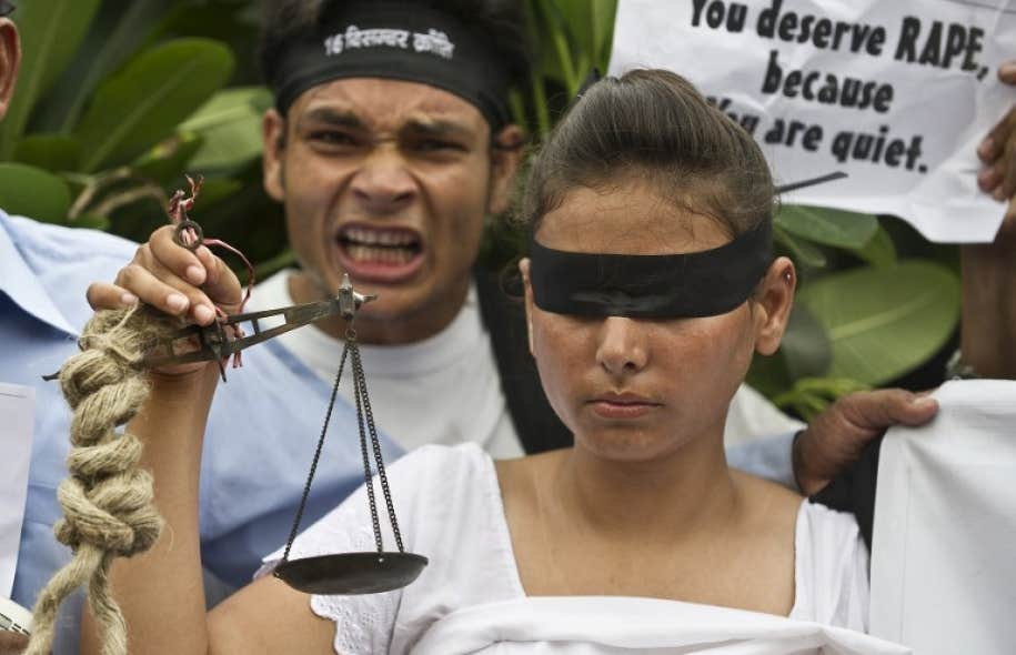 Une femme exige la peine de mort pour des violeurs présumés devant le palais de justice de New Delhi, le 13 septembre dernier.