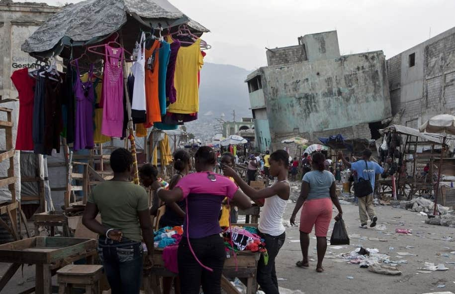 Pour son prochain film, le réalisateur Raoul Peck s'intéresse à la manière dont les Haïtiens ont vécu les difficiles semaines ayant suivi le tremblement de terre de 2010.