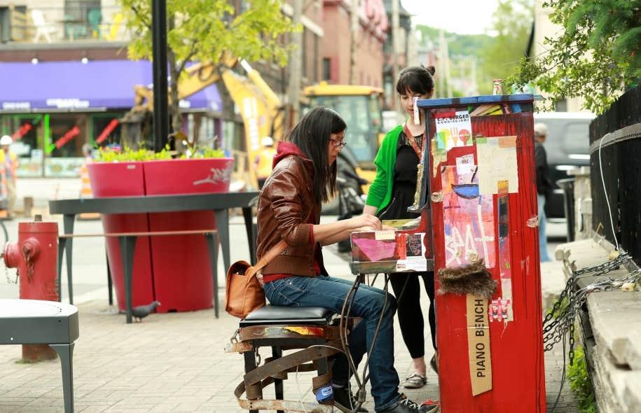 Un piano public au coin des rues Saint-Denis et Marie-Anne Est