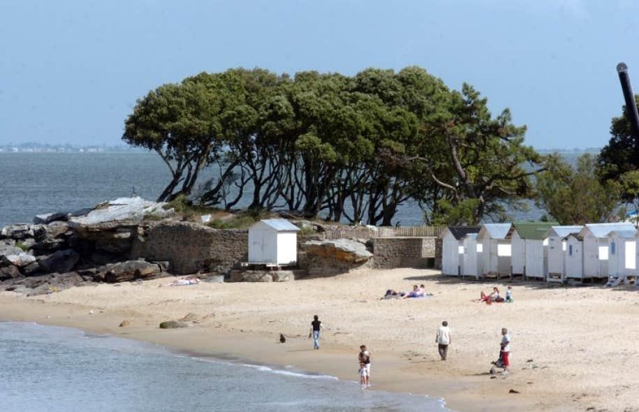 L'île de Noirmoutier abrite plus de 200 petites cabines que les familles se transmettent de génération en génération depuis 1880.