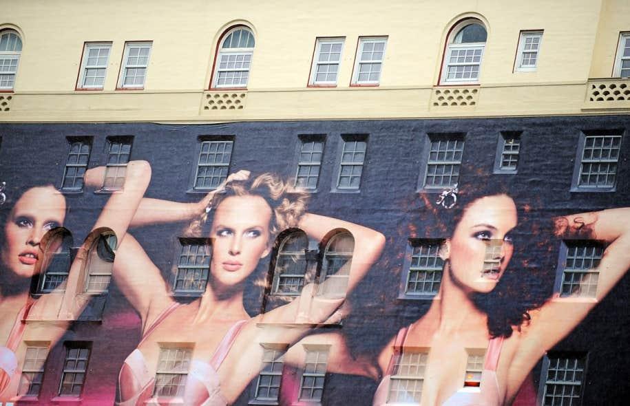 Une immense publicité de H&M est affichée sur un édifice à Hollywood. La compagnie utilise des corps de synthèse pour ses images.