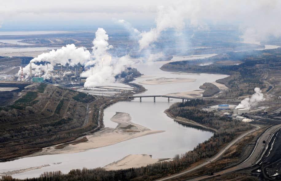 L'usine d'extraction de sables bitumineux de la compagnie Suncor près de Fort McMurray, en Alberta