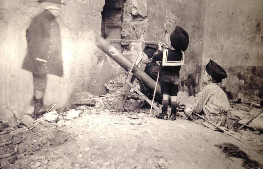 Exécution d'un boche au moyen d'une pièce de 75! Paris, 1915. Avec l'aimable autorisation de la Société française de photographie (SFP).