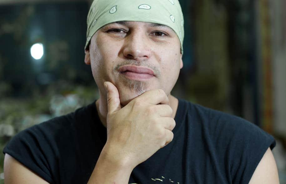 Quand Shauit a commencé à créer des chansons, il écrivait d'abord en français, puis demandait à des proches de vérifier la traduction innue.