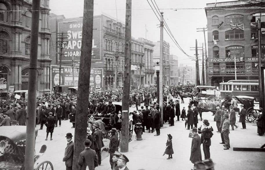 Manifestation anticonscription organisée au Square Victoria, à Montréal, en 1917