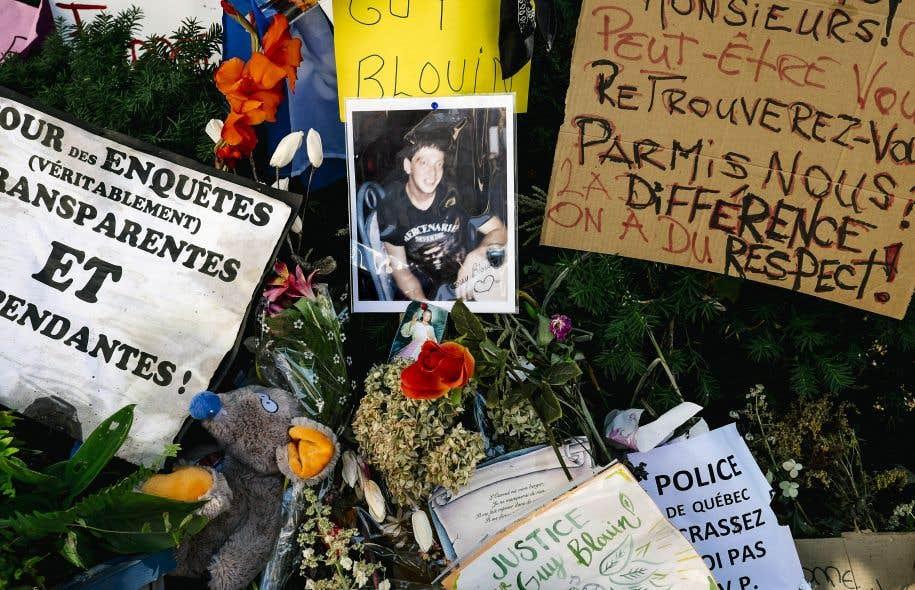 Photo des objets et messages déposés sur la parvis à la mémoire de Guy Blouin et pour dénoncer sa mort