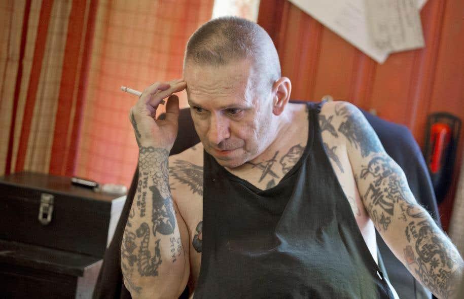 À 63 ans, Léo S. tente de refaire sa vie. Dans la chambre de sa maison de transition, il peint et fait des tatouages.