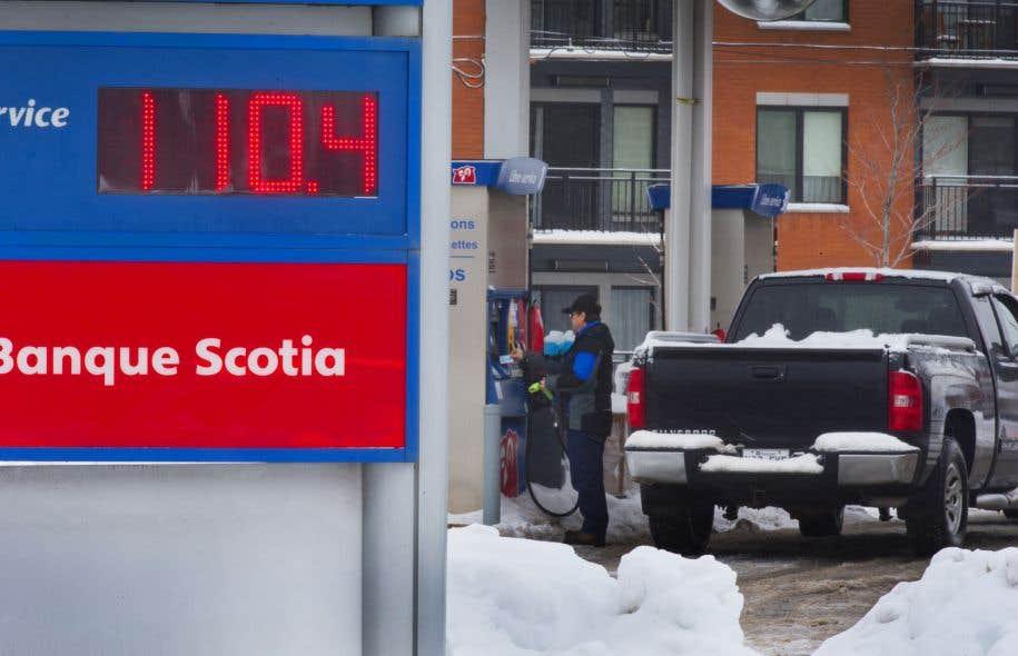 La chute des prix du pétrole brut s'est répercutée sur les détaillants d'essence. À certains endroits au pays, le prix est tombé à moins de 1 $ le litre.