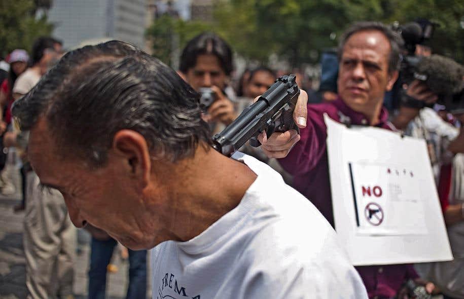 Lors d'une manifestation contre la violence envers les journalistes, en août 2010 à Mexico, des journalistes mexicains ont représenté le meurtre d'un journaliste par un trafiquant de drogues. De nombreux journaux mexicains ont depuis cessé de rapporter les actes criminels liés au trafic de drogue.