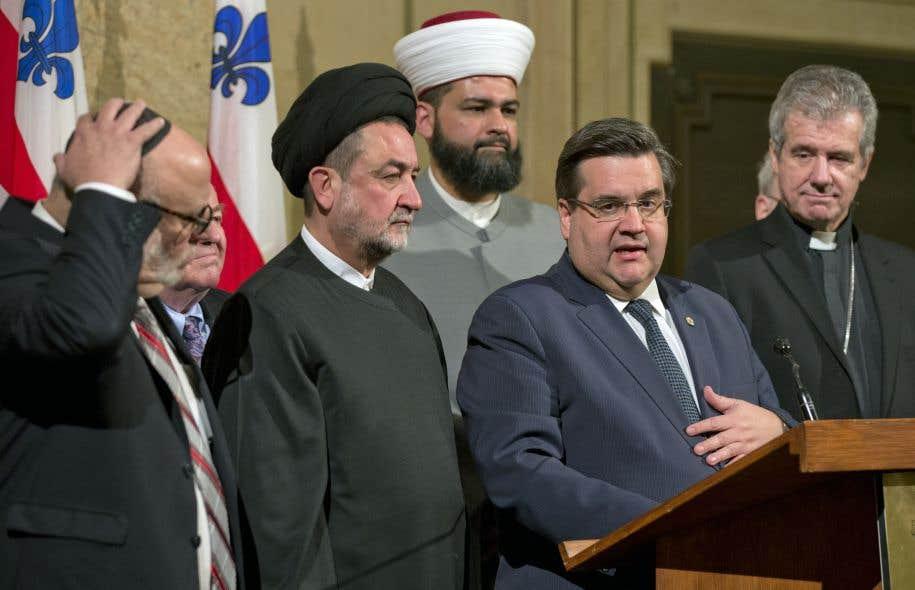 Cette controverse survient alors qu'en début d'après-midi, mercredi, le maire Coderre accueillait à l'hôtel de ville une vingtaine de leaders religieux représentant les confessions chrétienne, musulmane, juive et sikhe.