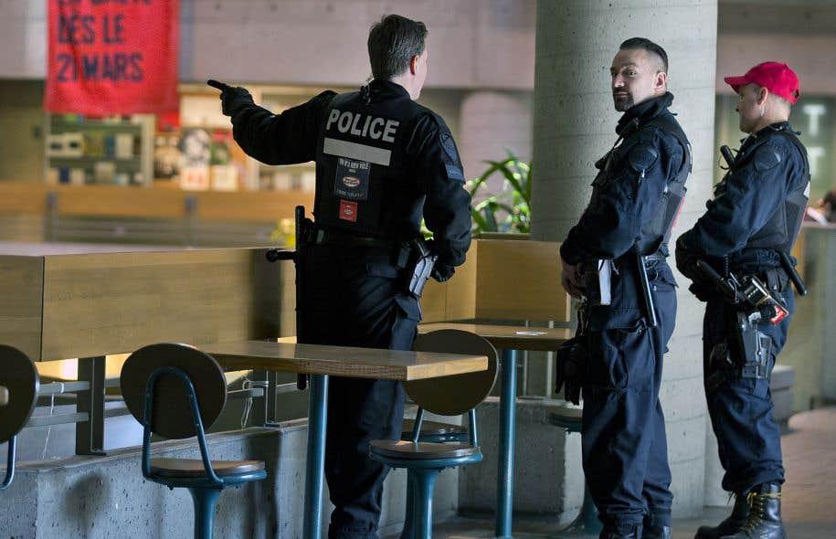 Des policiers du Service de police de la Ville de Montréal se sont présentés à l'UQAM en avant-midi mardi.