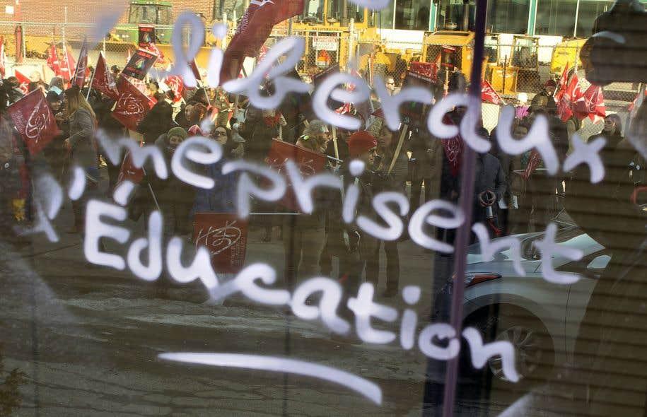 Les enseignants ont souligné à leur manière le premieranniversaire du gouvernement Couillard, en gribouillant à la craie liquide des «souhaits» de fête sur les fenêtres du quartier général du PLQ, à Montréal.