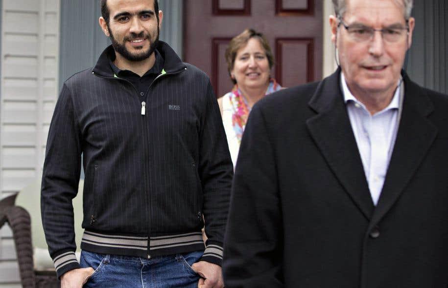 Omar Khadr à sa sortie du tribunal en compagnie de Patricia Edney et son époux, Dennis, avocat du jeune homme libéré sous caution