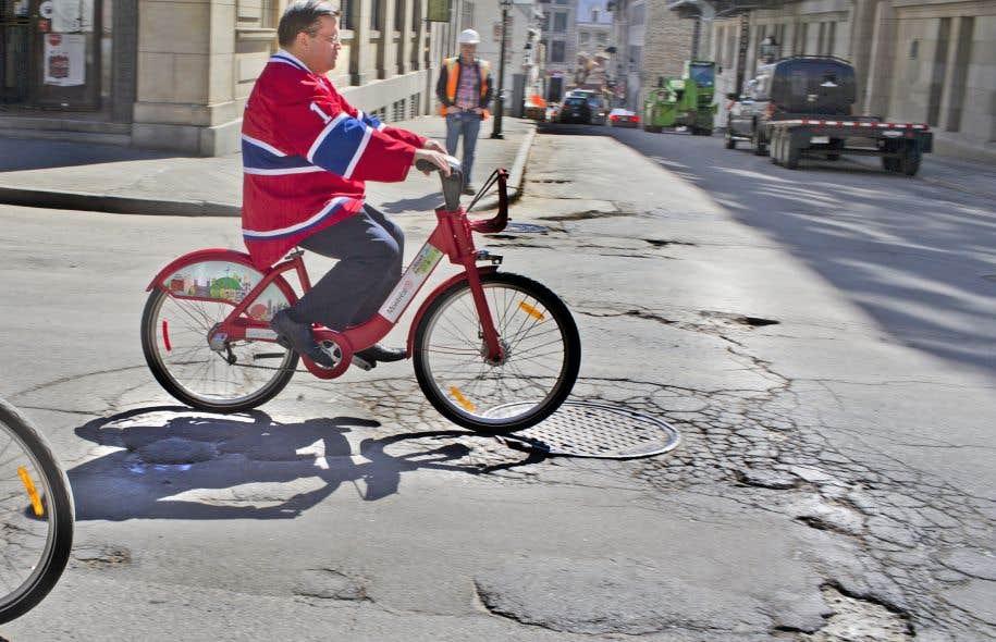 Le maire Coderre à cheval sur son Bixi et vêtu d'un chandail du Canadien. L'esprit montréalais d'aujourd'hui doit aussi être éclairé par celui d'hier.