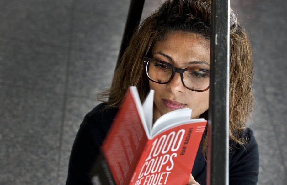Ensaf Haidar, exilée à Sherbrooke avec ses enfants, plongée dans le recueil rassemblant 14 chroniques interdites écrites par son mari, Raïf Badawi.