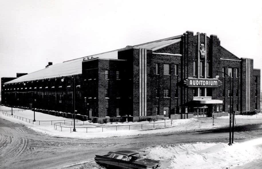 Construit en 1939 et doté de quelque 4100 sièges, l'immeuble de briques a été le théâtre d'événements marquants tant sportifs et culturels que politiques.<br /><br />