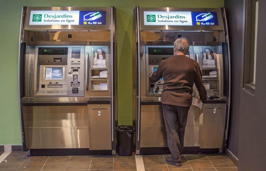 Plus de 95% des transactions des membres des caisses Desjardins sont effectuées ailleurs qu'au comptoir, notamment aux guichets automatiques.