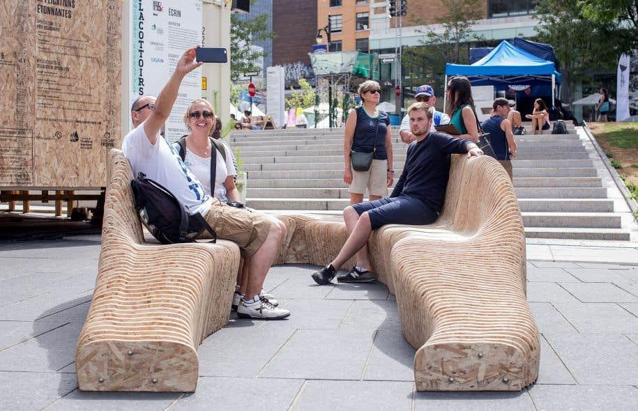 Un «placotoir», c'est une structure en bois démontable qui renouvelle la notion de banc public et peut s'intégrer à l'environnement citadin.
