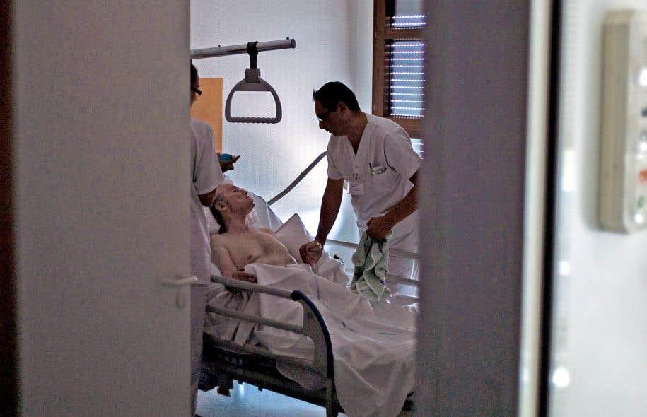 Les soins palliatifs sont par excellence des soins interdisciplinaires, ce qu'a le mérite de reconnaître la loi. Le médecin n'a pas plus le droit de décider à la place de son patient, de sa famille ou d'aucun membre de l'équipe de soins que l'inverse.