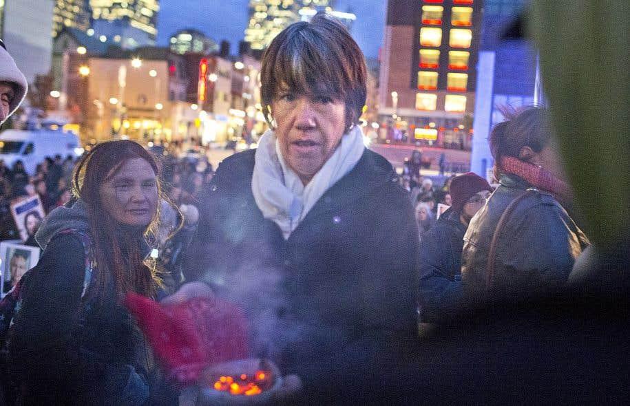 Sous des fumées de sauge, agitant des pancartes de femmes disparues ou assassinées, plusieurs centaines de personnes ont tenu vigile jeudi soir.