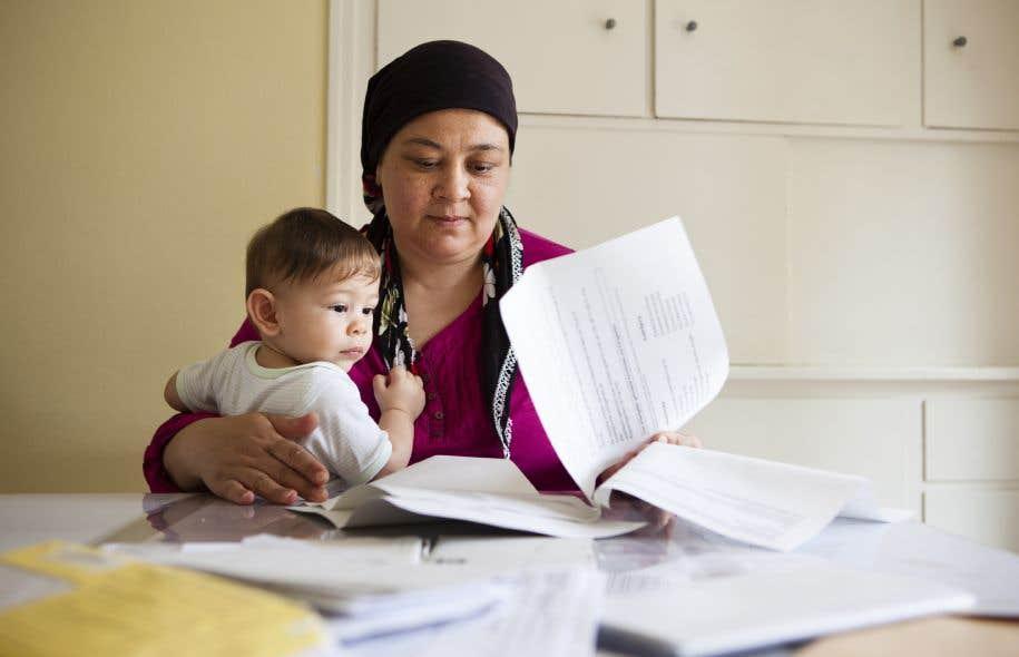 Le gouvernement québécois pratique le bilinguisme institutionnel avec tous les immigrants adultes, ce qui veut dire que l'État rend disponibles tous ses services en anglais ou en français.