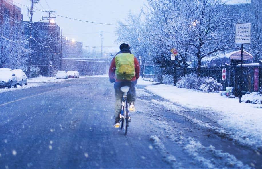 Amoncellements glacés en bordure de rue, épandages d'abrasif insuffisants et bandes cyclables carrément oubliées, toujours enfouies sous la neige, sont quelques-unes des critiques soulevées par les cyclistes urbains.