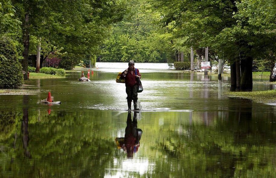 Une résidente de Saint-Jean marche dans les rues de la ville à la suite des inondations causées par la rivière Richelieu en mai2011.