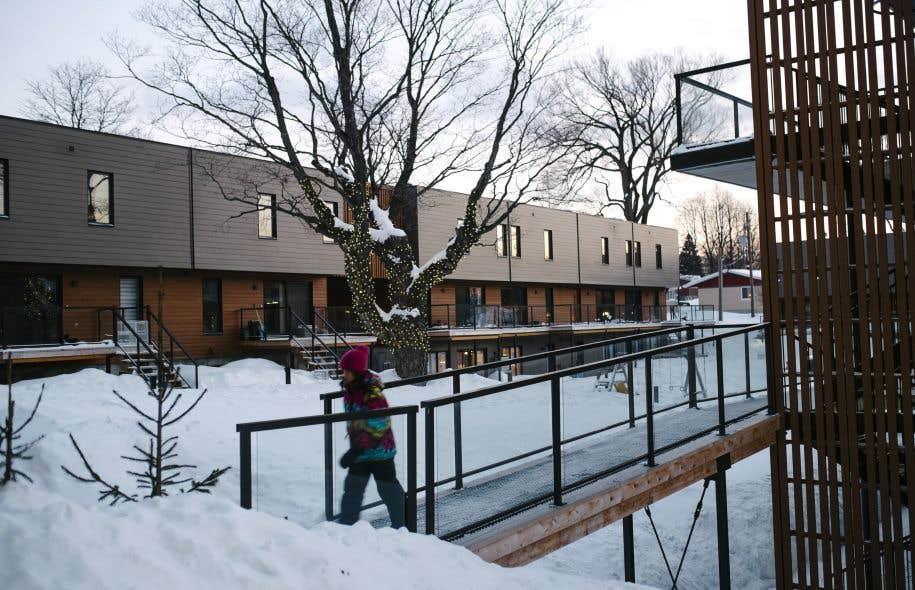 Cohabitat est une formule d'habitation qui vise à cultiver la vie en groupe. Le seul Cohabitat du Québec se trouve dans la capitale, près du cégep François-Xavier Garneau et comprend 42 logements en copropriété.