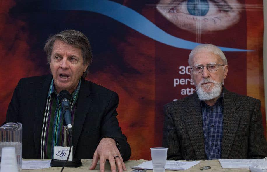 André Lavoie, directeur général de l'Association québécoise de la dégénérescence maculaire, et Claude Bégin, qui souffre de cette maladie, accusent le ministre de la Santé, Gaétan Barrette, de laisser tomber les aînés qui ont besoin de soins pour maintenir leur vision.