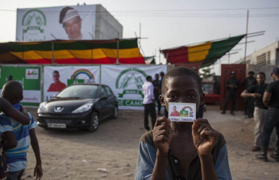 Un jeune partisan attend l'arrivée de Lionel Zinsou, le candidat «blanc», qui ne parle aucune langue locale et a des liens très étroits avec l'UMP française.