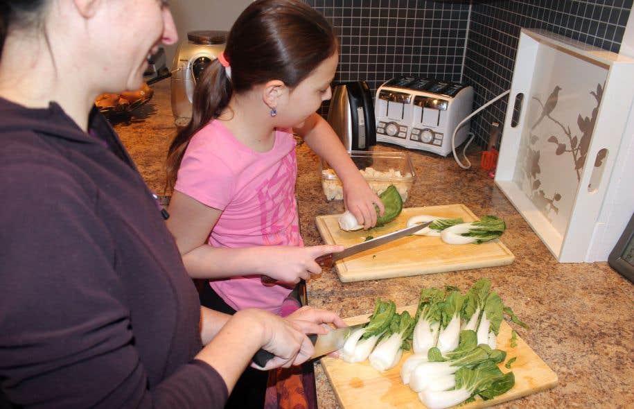 Cuisiner En Famille Pour Adopter Les Bons R Flexes Le Devoir